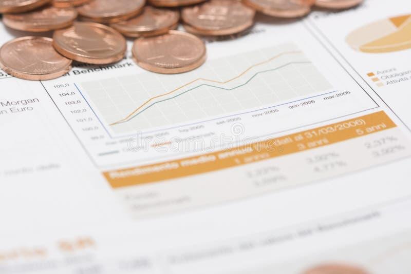 Pièces de monnaie et graphique de marché boursier photo libre de droits