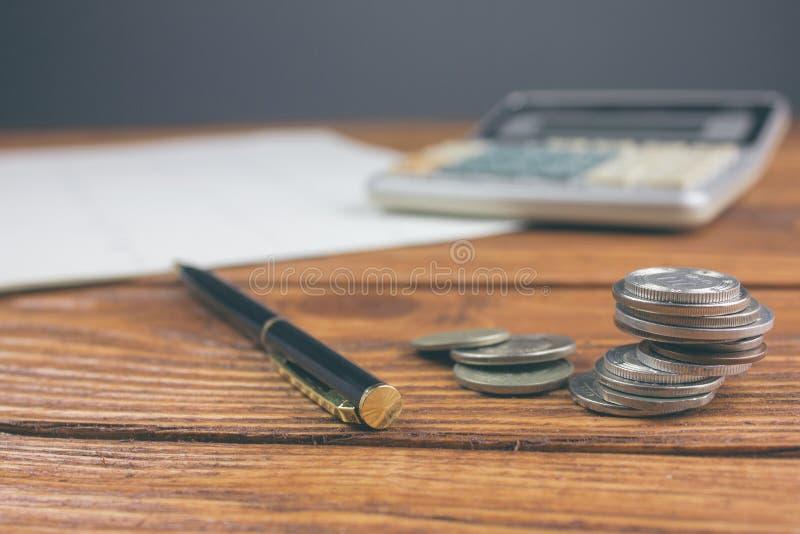Pièces de monnaie et la calculatrice sur des documents photo libre de droits