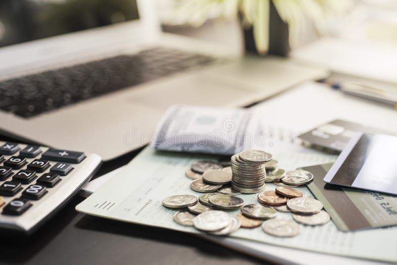 Pièces de monnaie et livre de comptes d'économie sur la table de bureau, concept économisant d'argent, foyer sélectif photo stock