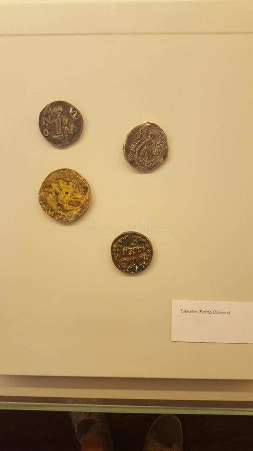 Pièces de monnaie historiques de musée d'archéologie image stock