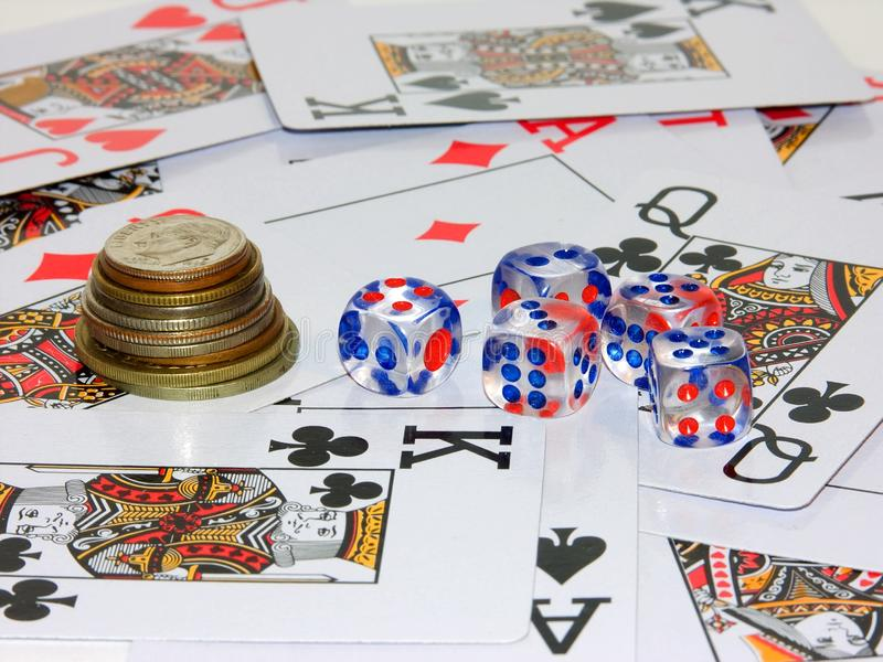 Pièces de monnaie, jouant des os et jouant des cartes