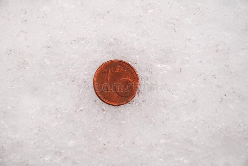 Pièces de monnaie perdues sur une neige images libres de droits