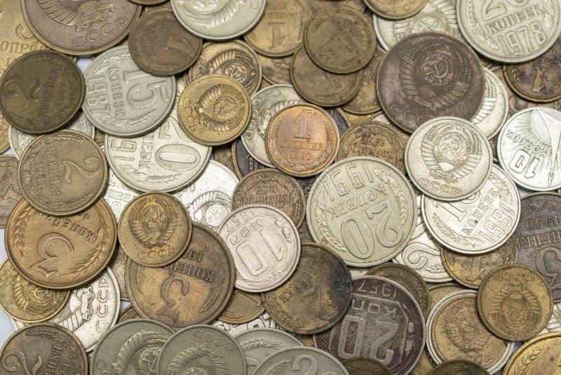 Pièces de monnaie, roubles et penny soviétiques de métal jaune et blanc, un grand clan photos stock