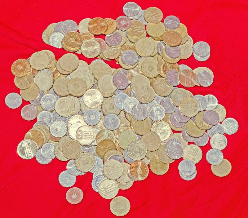 Pièces de monnaie roumaines, 50 bani, 10 bani, groupe, argent de cuivre, métal, d'or, fin, texture, fond photos stock