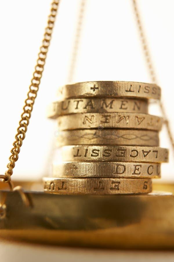 Pièces de monnaie sur l'échelle photographie stock