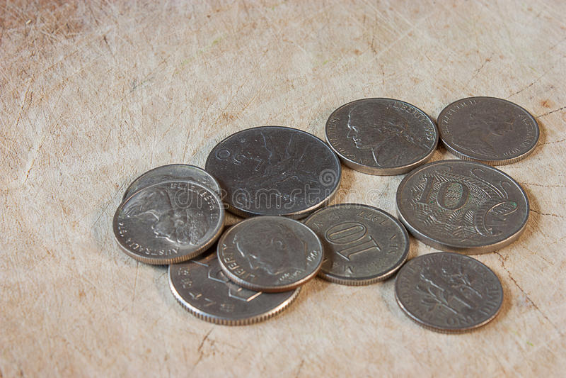 Pièces de monnaie sur le plancher photos stock
