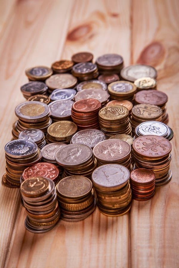 Pièces de monnaie sur un fond en bois photo stock