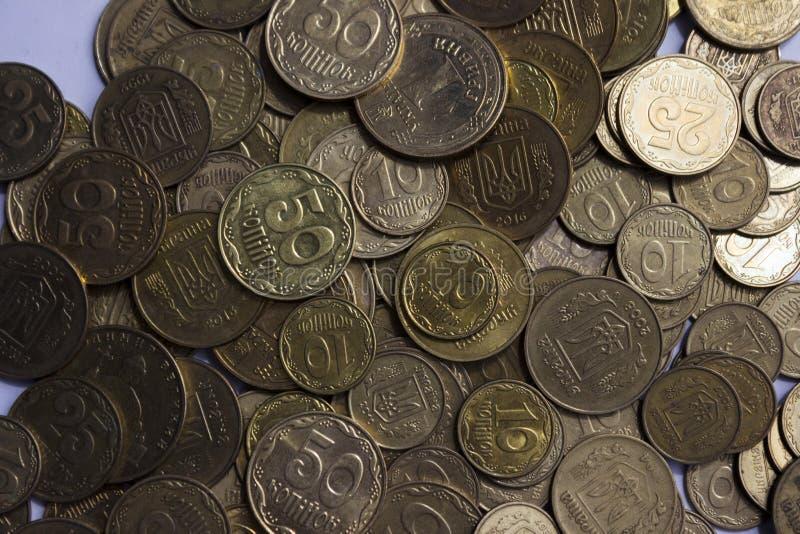 Pièces de monnaie ukrainiennes, beaucoup argent - hryvnia et un penny, fond photographie stock libre de droits