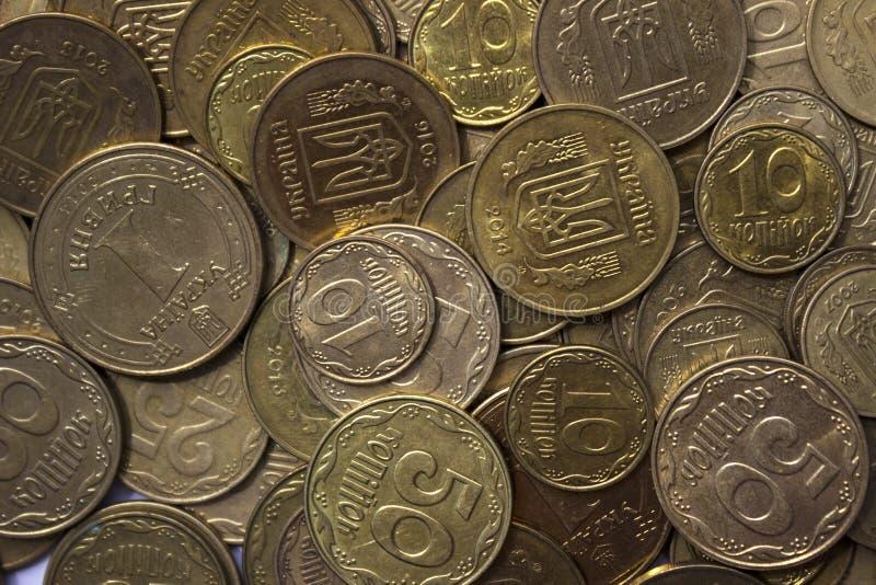 Pièces de monnaie ukrainiennes, beaucoup argent - hryvnia et un penny, fond images libres de droits