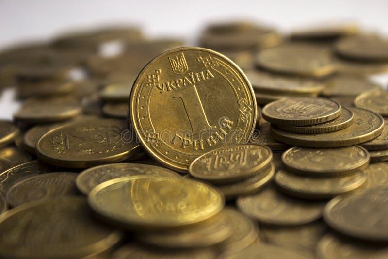 Pièces de monnaie ukrainiennes, beaucoup argent - hryvnia et un penny, fond photo stock
