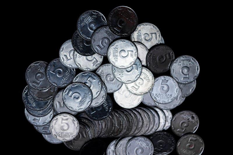 Pièces de monnaie ukrainiennes d'isolement sur le fond noir Vue de plan rapproché Des pièces de monnaie sont situées au centre du photo stock