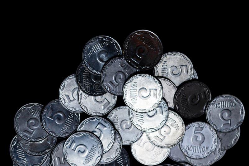 Pièces de monnaie ukrainiennes d'isolement sur le fond noir Vue de plan rapproché Des pièces de monnaie sont situées au-dessous d images libres de droits