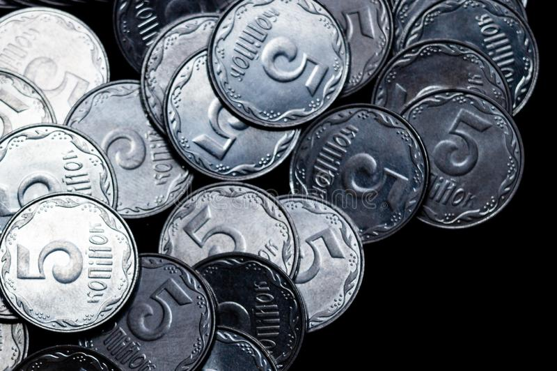 Pièces de monnaie ukrainiennes d'isolement sur le fond noir Vue de plan rapproché Des pièces de monnaie sont situées au-dessus du photographie stock libre de droits