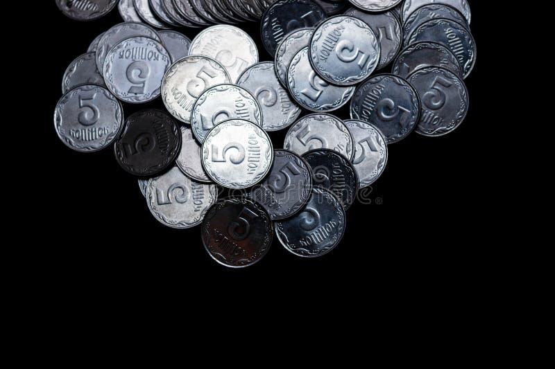 Pièces de monnaie ukrainiennes d'isolement sur le fond noir Vue de plan rapproché Des pièces de monnaie sont situées au-dessus du photos libres de droits