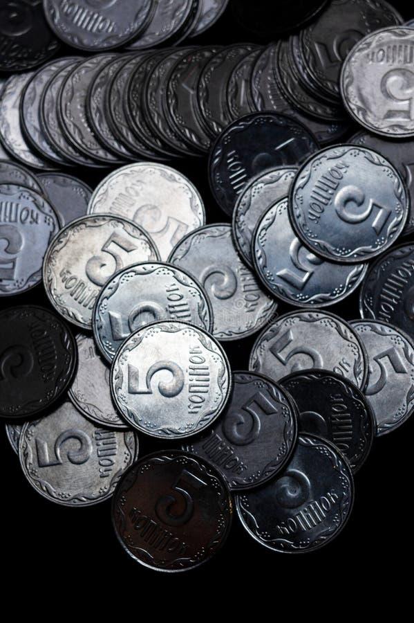Pièces de monnaie ukrainiennes d'isolement sur le fond noir Vue de plan rapproché Des pièces de monnaie sont situées au-dessus du photo libre de droits