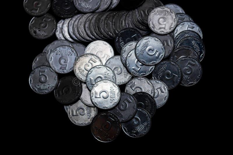Pièces de monnaie ukrainiennes d'isolement sur le fond noir Vue de plan rapproché Des pièces de monnaie sont situées au-dessus du images stock