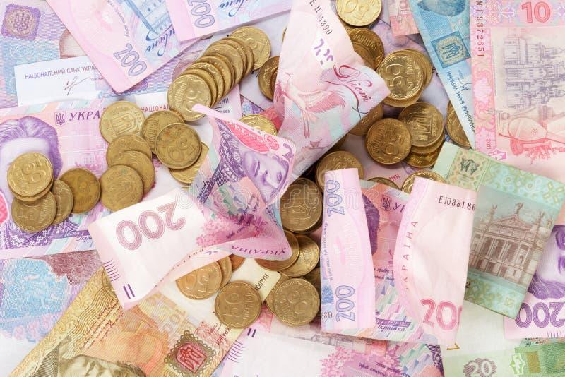 Pièces de monnaie ukrainiennes sur des billets de banque photographie stock