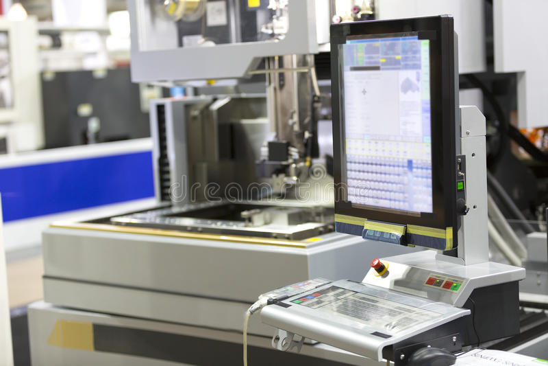 Pièces de moule de coupe de machine de coupe de fil de commande numérique par ordinateur image stock
