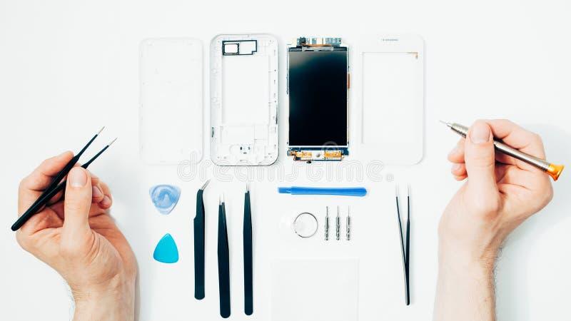 Pièces de réparation de téléphone portable remplaçant l'écran cassé image stock