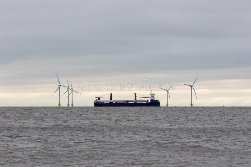 Pièces de turbine éolienne Investir dans l'énergie propre Pales de turbine transportant des navires images stock