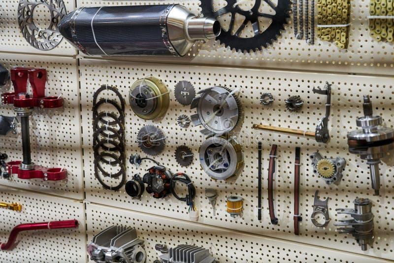 Pièces et accessoires de moto sur le mur photographie stock libre de droits