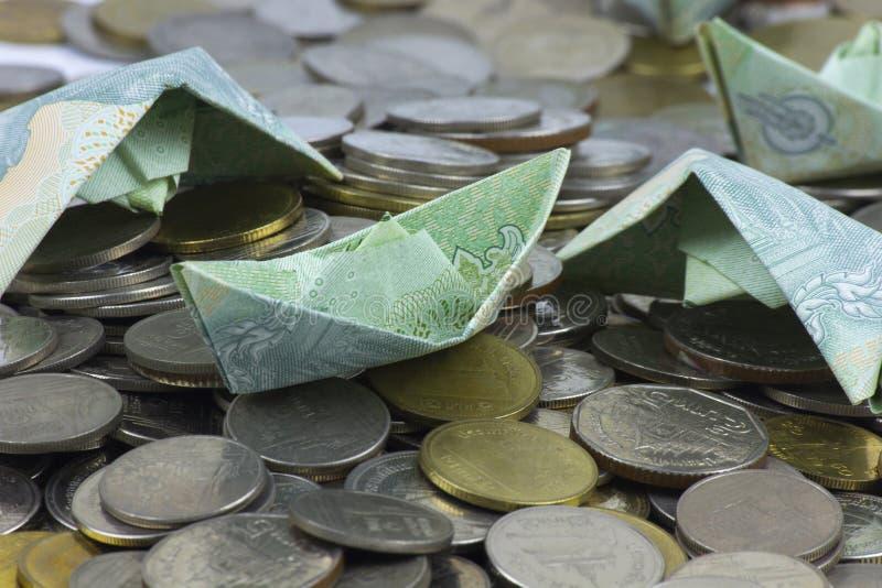 Pièces et billet de devise de la Thaïlande pliés aux bateaux Art d'origami Argent de Thaïlande photos libres de droits