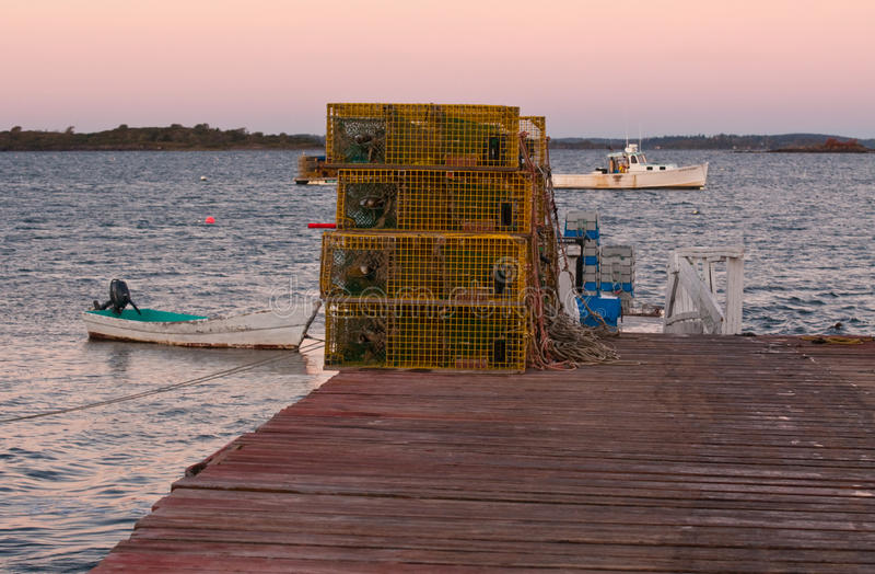 Pièges et bateaux de homard au lever de soleil photos libres de droits