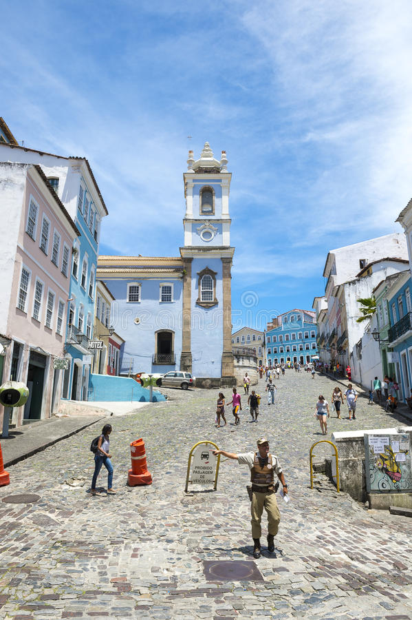 Piétons à l'architecture coloniale colorée Pelourinho Salvador Brazil photo stock