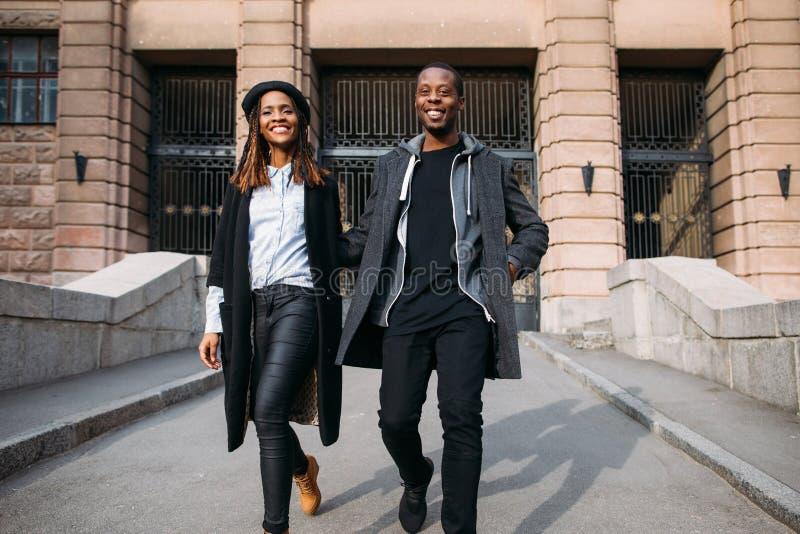 Piétons à la mode heureux sur la rue de ville image libre de droits