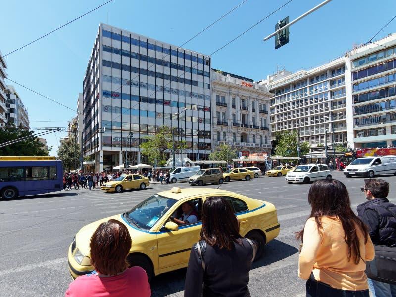 Piétons attendant pour traverser la rue occupée d'Athènes, Grèce photographie stock