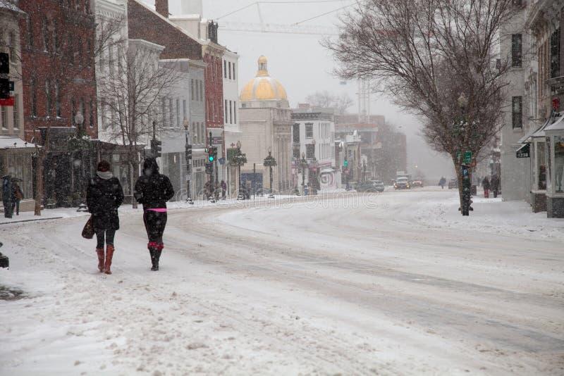 Piétons dans la neige images libres de droits