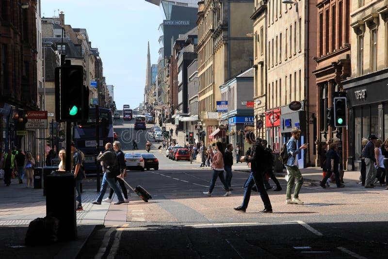 Piétons de marche dans une des rues dans la ville Glasgow en Ecosse photographie stock