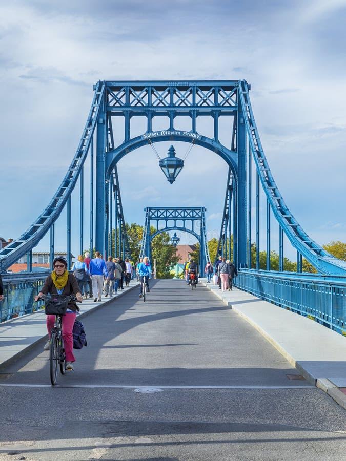 Piétons et cyclistes sur Kaiser Wilhelm Bridge chez Wilhelmshav photos libres de droits