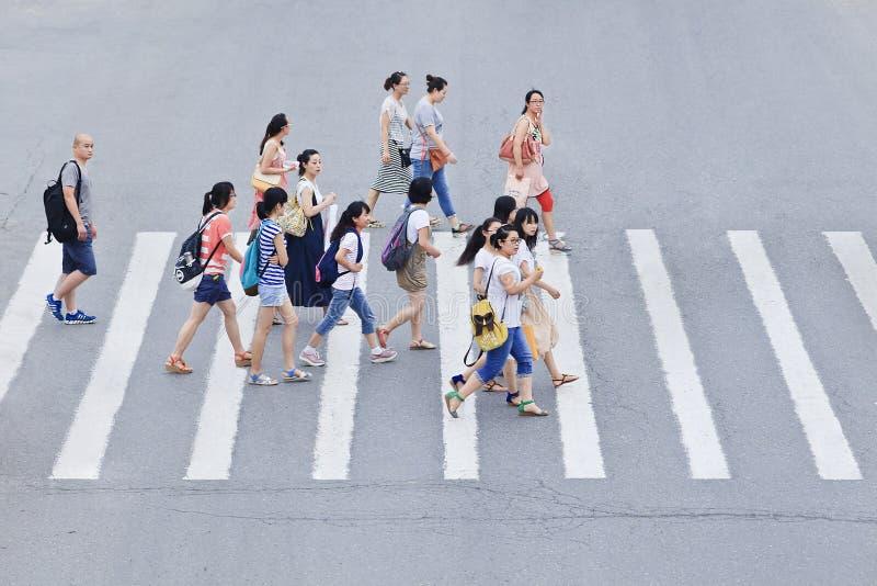 Piétons sur un passage clouté, Pékin, Chine image libre de droits
