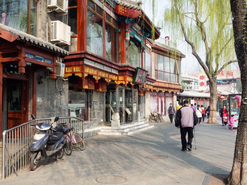 Piétons sur une rue dans le secteur historique de Sichahai photographie stock libre de droits