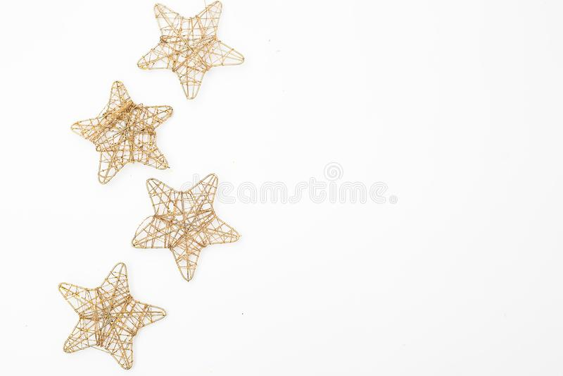 Piñones de oro de las decoraciones de la Navidad en el fondo blanco mofa fotografía de archivo