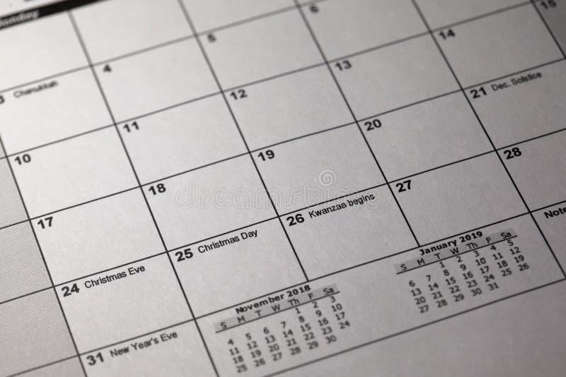 Pióra i desktop kalendarz 24 Grudzień 2018 i 25 th Wigilia i święto bożęgo narodzenia na kalendarzu obraz stock