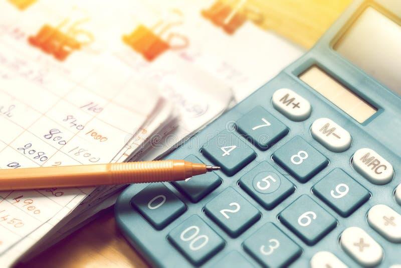Pióra i domu budżeta miesięcznik z kalkulatorem zdjęcie royalty free