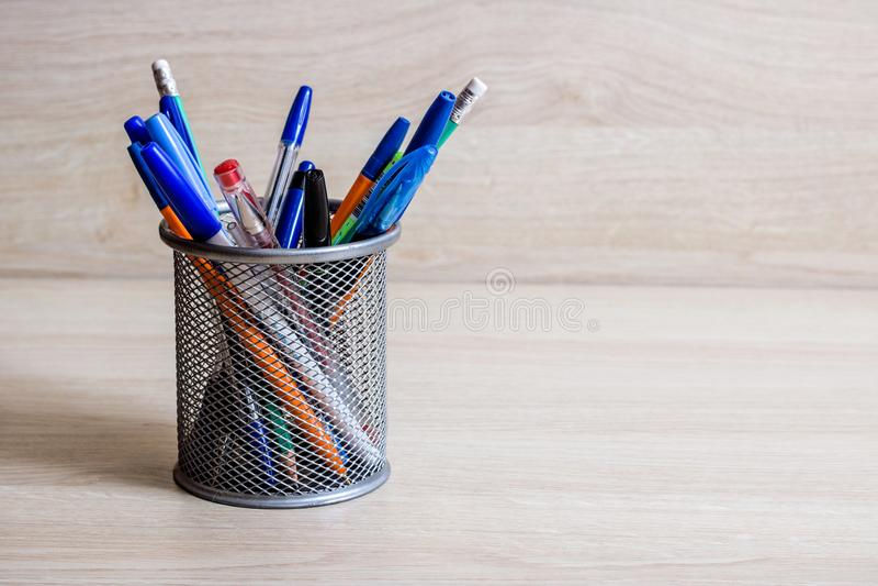 Pióra i ołówki w metalu stojaku obraz royalty free