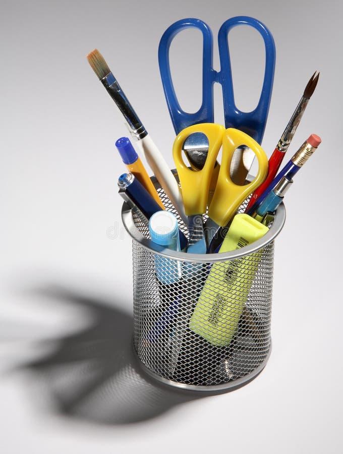 Pióra, ołówki, nożyce i muśnięcia w garnku, obraz stock