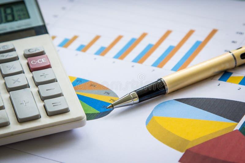 Pióro i kalkulator na wykresu tle zdjęcie royalty free