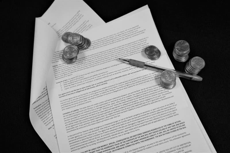 Pióro i monety na otwartym kontrakcie obraz stock