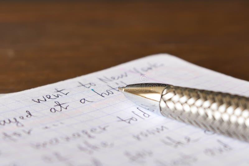 Pióro i notatnik w Angielskim przy szkolnym biurkiem Pojęcie e zdjęcia royalty free