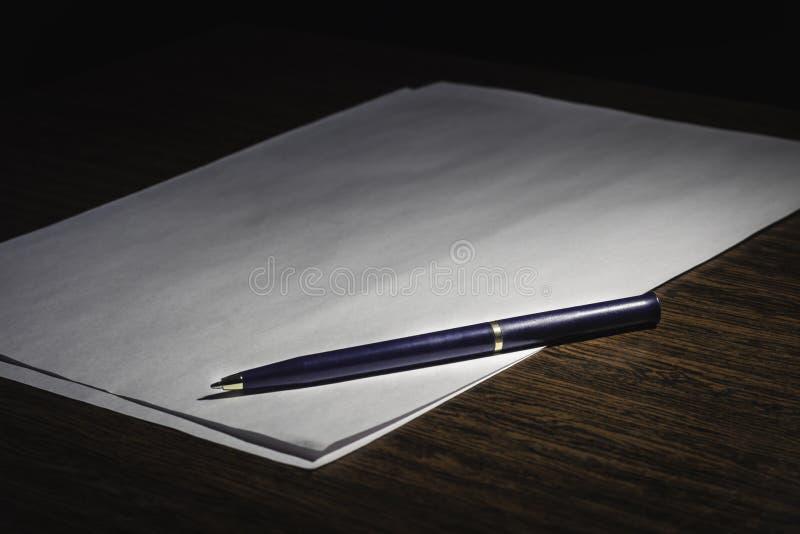 Pióro na białej liście papier, opowieść obrazy royalty free