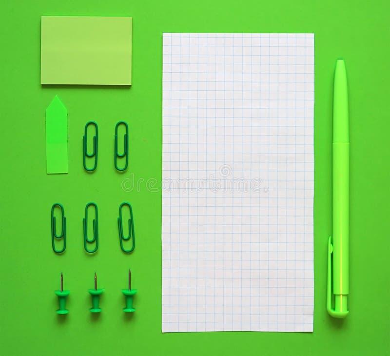 Pióro, papier i materiały na zielonym tle, W zielonym stylu Pojęcie podtrzymywalny biznes fotografia stock