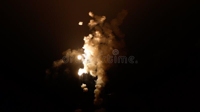 Pióropusze dym zaświecali wybuchem w niebie przy nocą zdjęcie stock