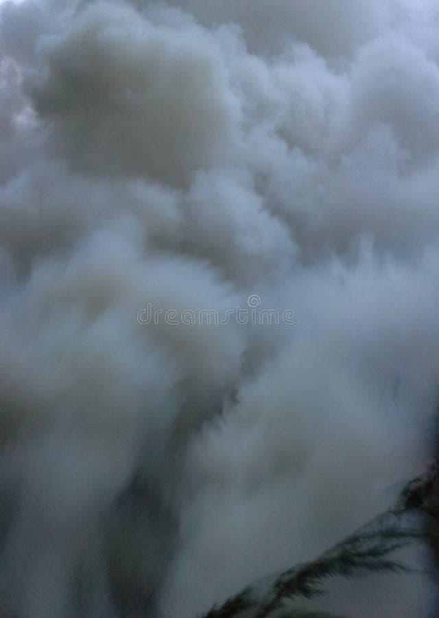 Pióropusze Powstaje od ogniska dym obrazy stock