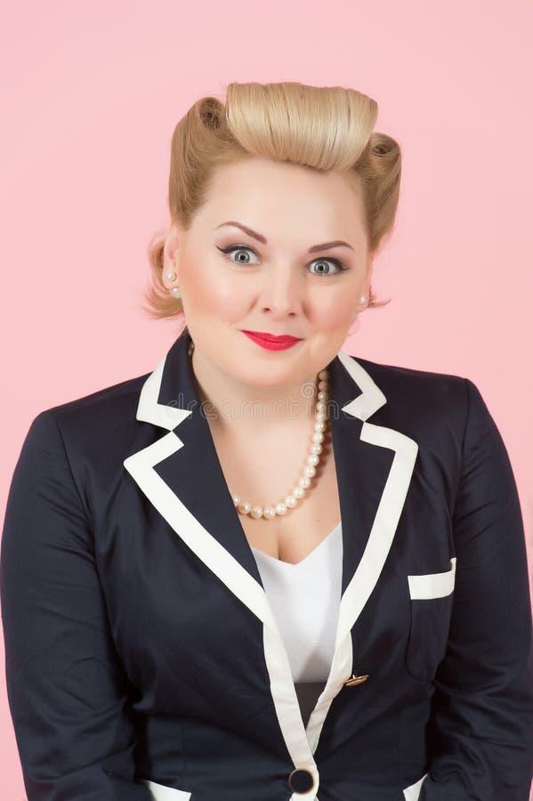 Più graduato donna di PortraiHappy su fondo rosa fotografia stock