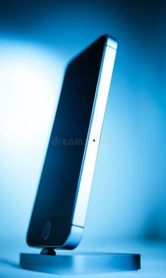 Più nuovo Se di iPhone dei calcolatori Apple immagini stock