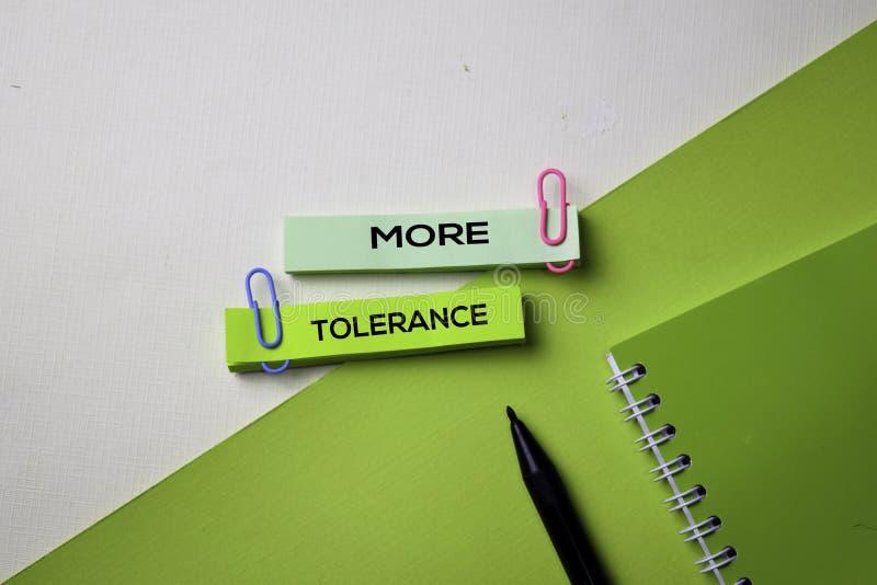 Più testo di tolleranza sulla tavola della scrivania di vista superiore del posto di lavoro e degli oggetti business di affari fotografia stock libera da diritti